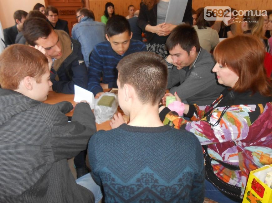 В библиотеке Днепродзержинска к решению проблемы профориентации старшеклассников подошли креативно (фото) - фото 2
