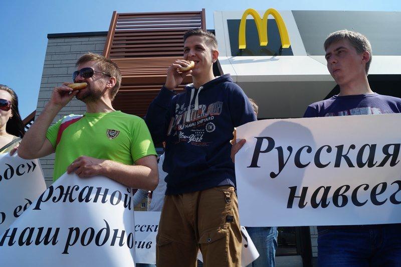 Пикет под «маком». Как несколько политактивистов заворачивали лица в плакаты, призывая закрывать рестораны «Макдоналдс» (фото) - фото 3