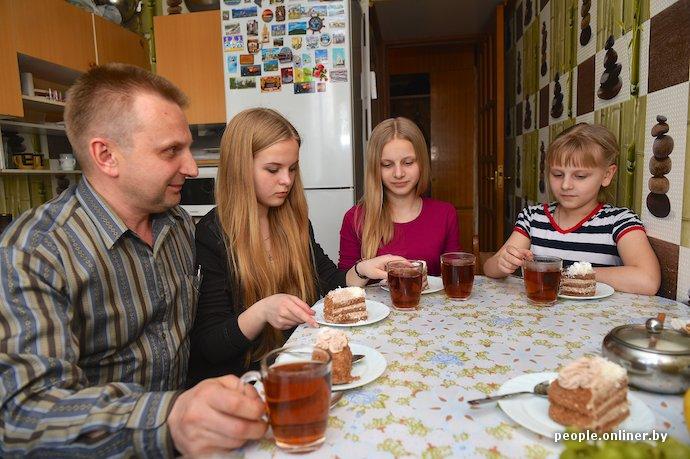 Фоторепортаж: в Лиде отец в одиночку растит трех дочерей (фото) - фото 8