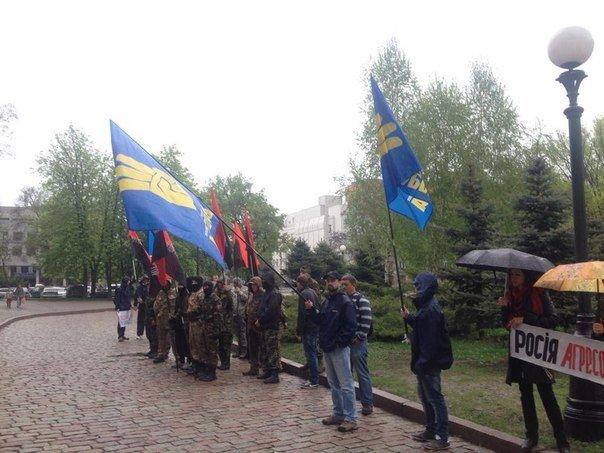 Возле Днепропетровского облсовета активисты требуют признать Россию странной-агрессором (ФОТО) (фото) - фото 1