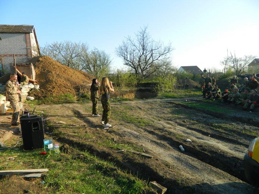 Колесо жизни: луганчане, бежавшие от войны в Житомир, приехали не передовую под Мариуполь с концертами (ФОТО) (фото) - фото 1