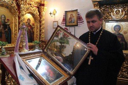 В Суботове Черкасской области закровоточила икона Иисуса Христа (фото) (фото) - фото 1