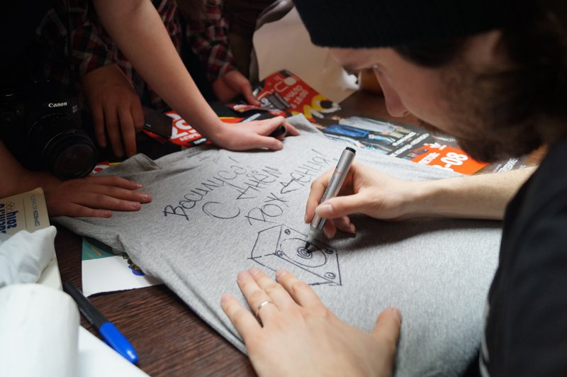 Noize MC перед концертом в Белгороде провёл автограф-сессию (фото) - фото 2