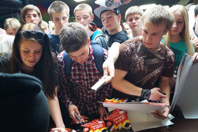 Noize MC перед концертом в Белгороде провёл автограф-сессию (фото) - фото 5