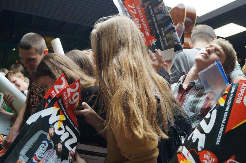 Noize MC перед концертом в Белгороде провёл автограф-сессию (фото) - фото 8