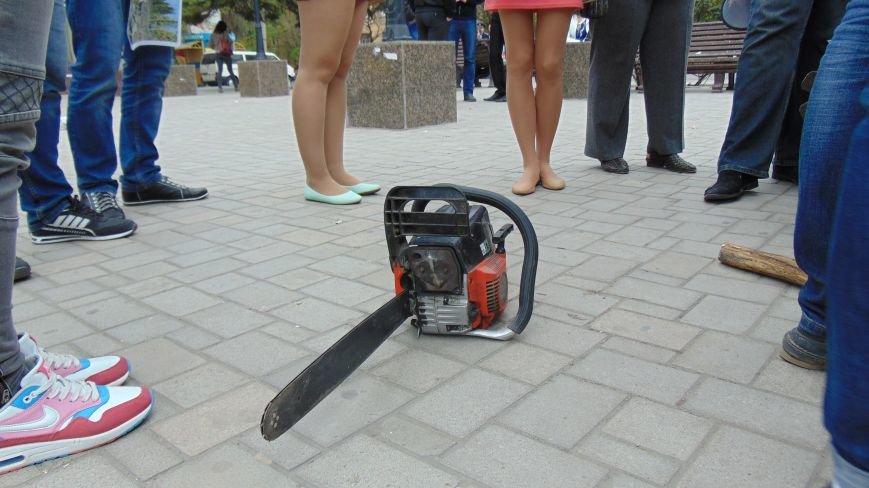 В центре Мариуполя появился человек в маске, вооруженный бензопилой (ФОТО) (фото) - фото 1