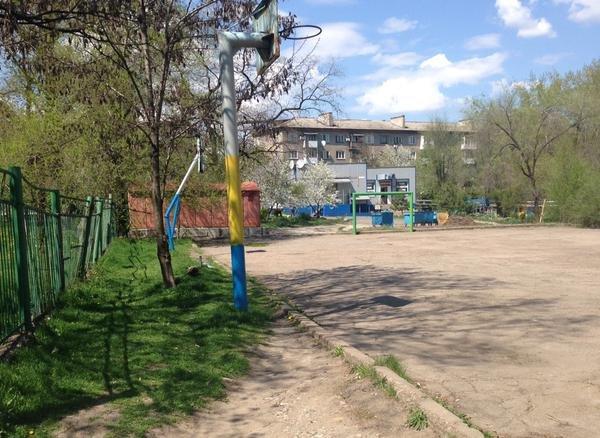 В Донецке покрасили детскую и спортивную площадки в цвета национального флага Украины (ФОТО) (фото) - фото 2