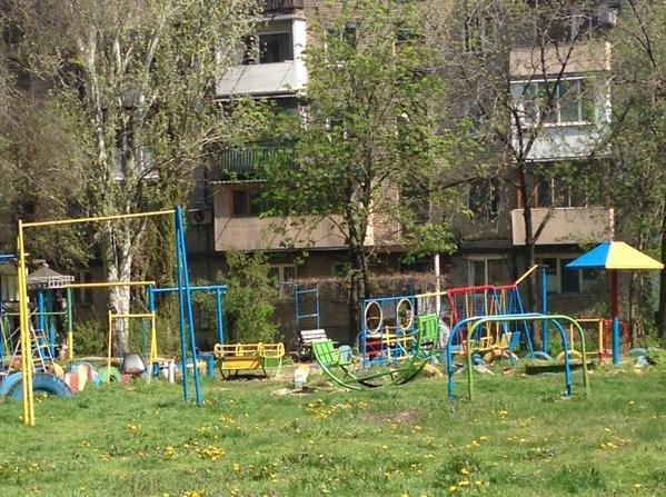 В Донецке покрасили детскую и спортивную площадки в цвета национального флага Украины (ФОТО) (фото) - фото 1