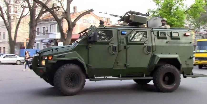 По Одессе курсируют бронированные военные автомобили (ФОТО) (фото) - фото 1