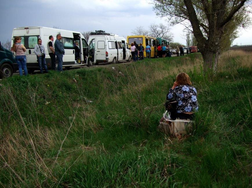 Выезжая  из «ДНР» дончане стали брать кресла и стулья, чтобы пересидеть многочасовую очередь на блокпостах (ФОТО) (фото) - фото 2