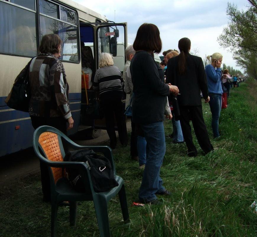Выезжая  из «ДНР» дончане стали брать кресла и стулья, чтобы пересидеть многочасовую очередь на блокпостах (ФОТО) (фото) - фото 1