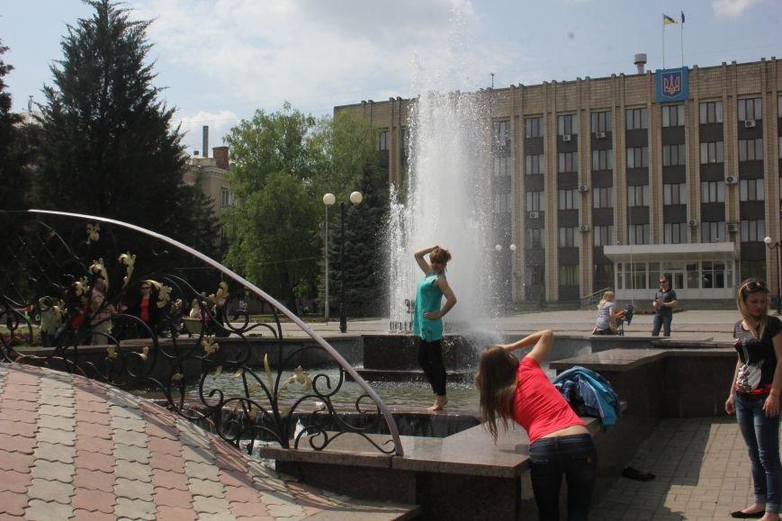 Фотофакт: к 1 Мая на центральной площади города начал работать фонтан, фото-2