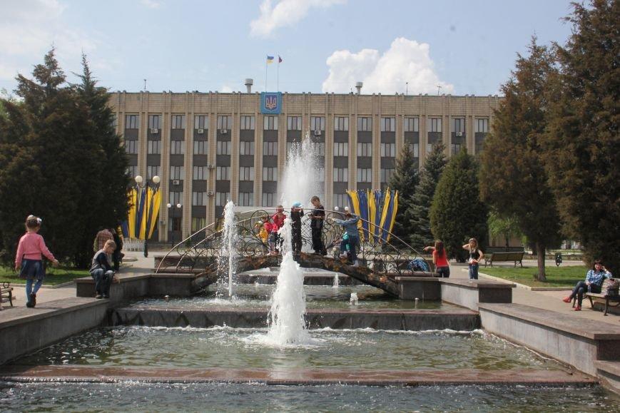 Фотофакт: к 1 Мая на центральной площади города начал работать фонтан, фото-1