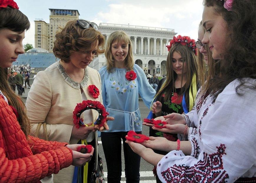 На Майдане в небо запустили огромный красный мак (ФОТО) (фото) - фото 1