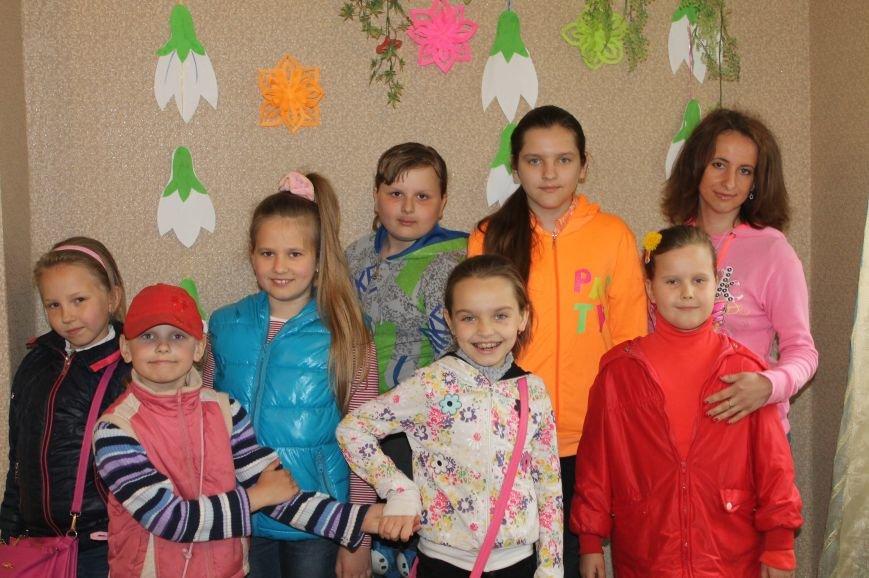 В клубе школьника «Улыбка» на майких праздниках с удовольствием проводит время артемовская детвора (фото) - фото 4
