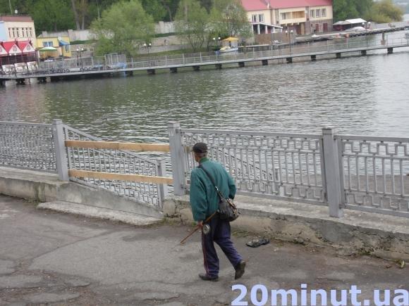 Вхід на причал на Тернопільському ставі забили дошками (фото) - фото 1