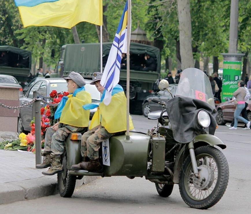 Герои не умирают: в Одессе почтили память погибших 2 мая, стоя на коленях (ФОТОРЕПОРТАЖ) (фото) - фото 2