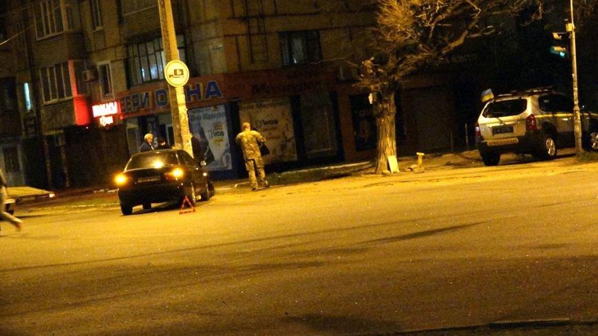 В Мариуполе автомобиль на перекрестке врезался в столб (Фотофакт) (фото) - фото 1