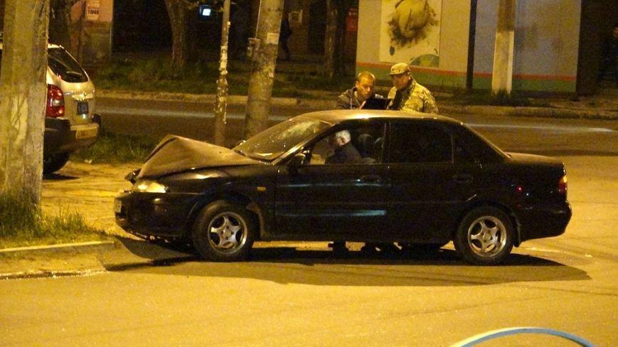 В Мариуполе автомобиль врезался в столб (Фотофакт) (фото) - фото 1