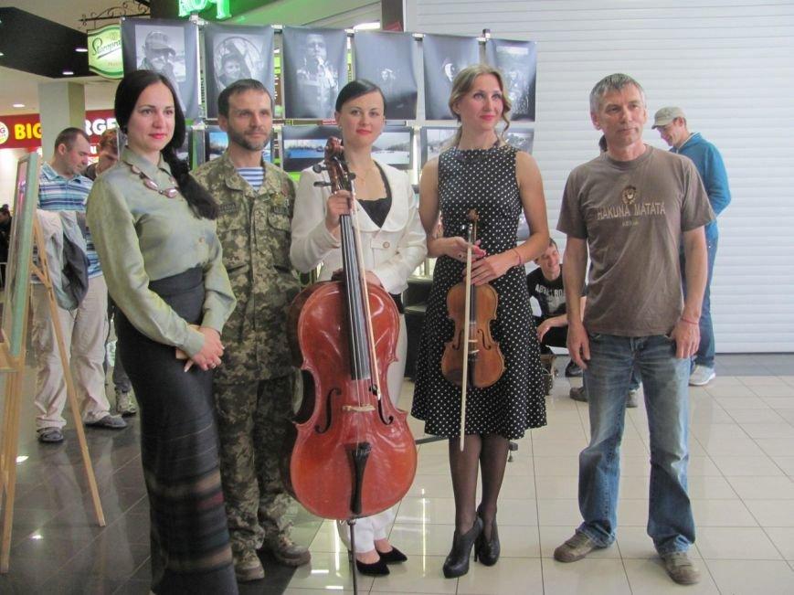 Криворожане увидели работы командира танка 17 бригады на фотовыставке «Портреты с войны» (ФОТО) (фото) - фото 2