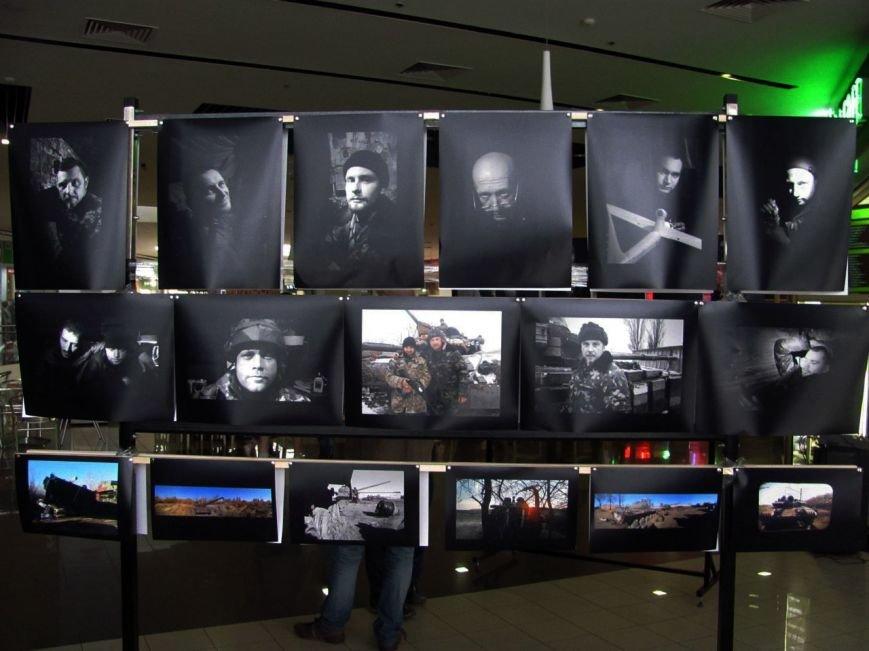 Криворожане увидели работы командира танка 17 бригады на фотовыставке «Портреты с войны» (ФОТО) (фото) - фото 1