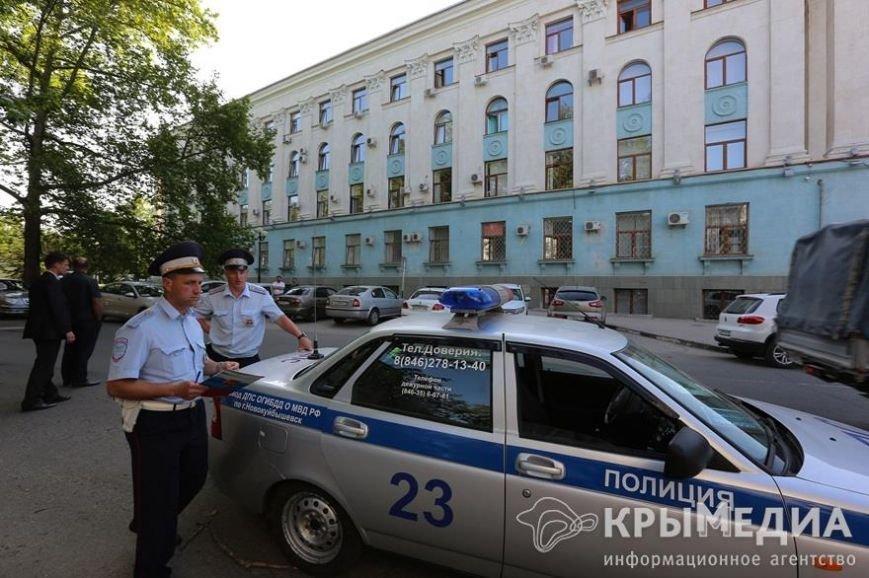 У здания Совмина Крыма активисты «СтопХама» оклеили стикерами неправильно припаркованные авто (ФОТО) (фото) - фото 11