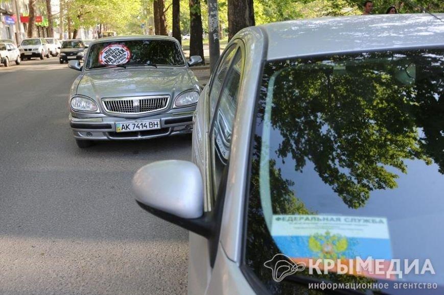 У здания Совмина Крыма активисты «СтопХама» оклеили стикерами неправильно припаркованные авто (ФОТО) (фото) - фото 2