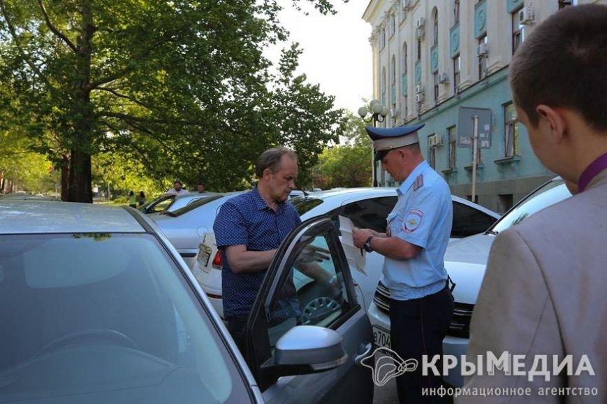 У здания Совмина Крыма активисты «СтопХама» оклеили стикерами неправильно припаркованные авто (ФОТО) (фото) - фото 12