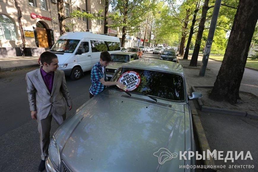 У здания Совмина Крыма активисты «СтопХама» оклеили стикерами неправильно припаркованные авто (ФОТО) (фото) - фото 8