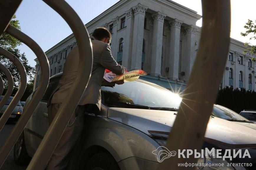 У здания Совмина Крыма активисты «СтопХама» оклеили стикерами неправильно припаркованные авто (ФОТО) (фото) - фото 3