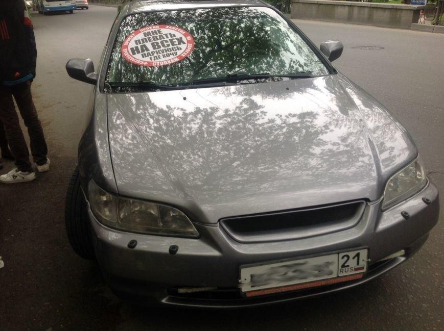 В Симферополе нарушителям правил парковки начали клеить огромные стикеры «СтопХам» на авто (ФОТО), фото-2