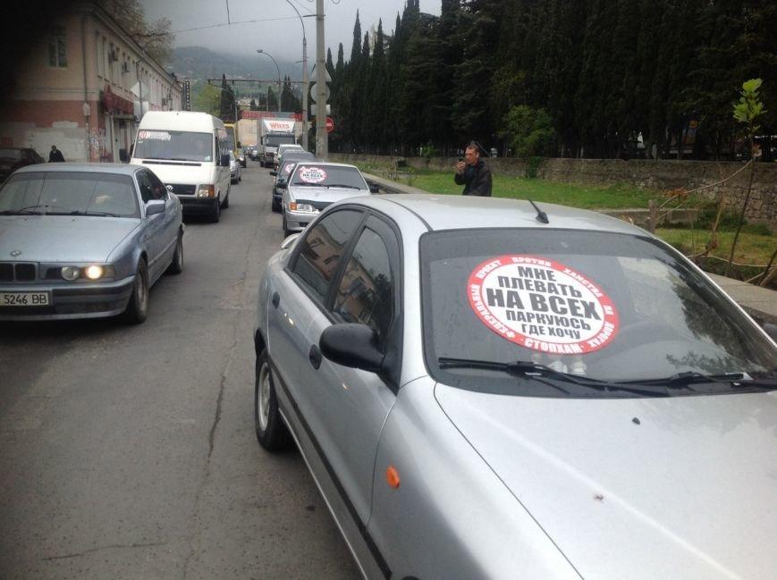 В Симферополе нарушителям правил парковки начали клеить огромные стикеры «СтопХамы» на авто (ФОТО) (фото) - фото 1