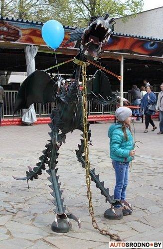 Фотофакт: в парке Жилибера установили фигуры дракона и «Хищника» сделанных из запчастей (фото) - фото 2