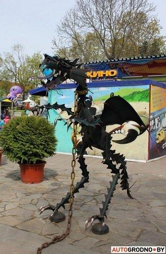 Фотофакт: в парке Жилибера установили фигуры дракона и «Хищника» сделанных из запчастей (фото) - фото 1