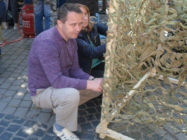 На День міста у Львові не тільки відпочивали, а й плели маскувальні сітки (ФОТО+ВІДЕО) (фото) - фото 1