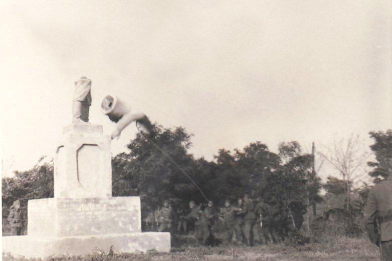 Ломают памятник Сталину И В  2