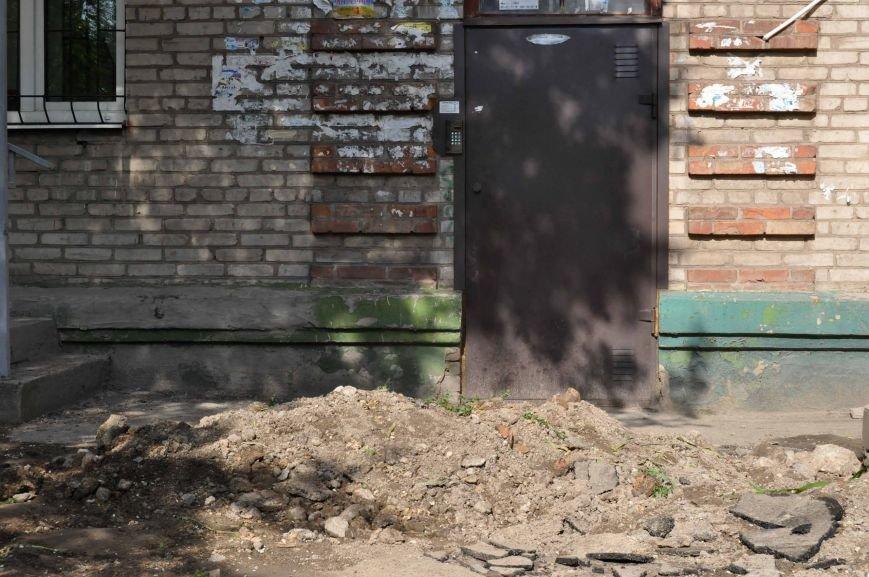 ФОТОФАКТ: В Запорожье коммунальщики заблокировали подъезд дома земляной насыпью (фото) - фото 2