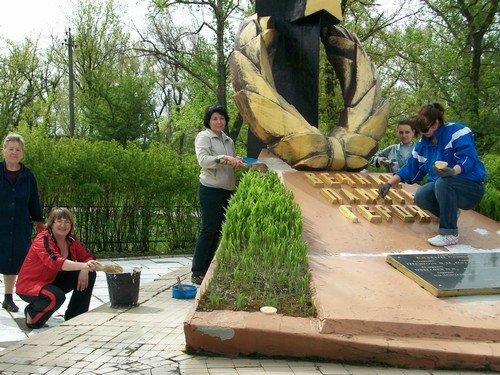 В преддверии Дня Победы авдеевцы привели в порядок памятник героям-освободителям (ФОТО), фото-1