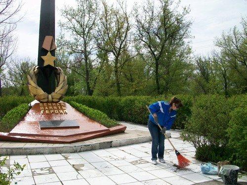 В преддверии Дня Победы авдеевцы привели в порядок памятник героям-освободителям (ФОТО), фото-2
