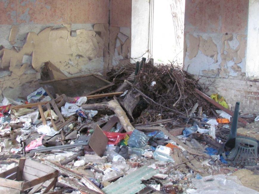 Бездомные поселились в детском саду в Мариуполе (ФОТО), фото-5