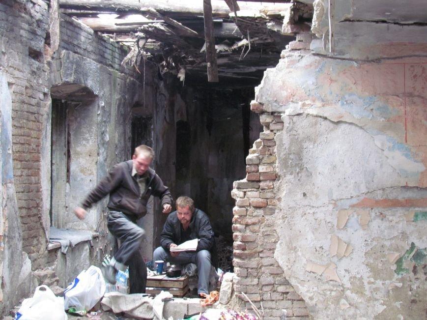 Бездомные поселились в детском саду в Мариуполе (ФОТО), фото-2