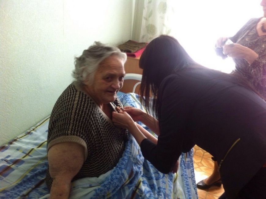 Сейчас в доме-интернате  престарелым и инвалидам раздают Георгиевские ленты (фото) - фото 1