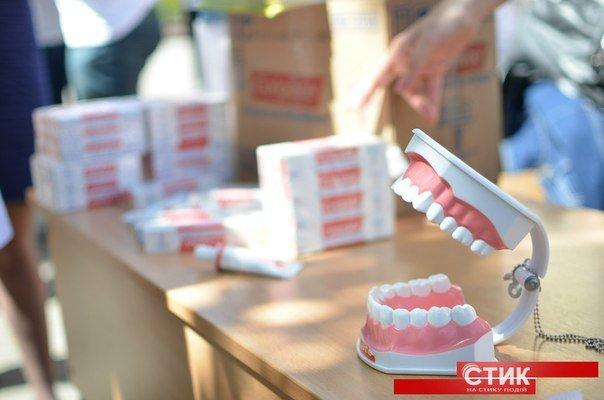 Студенти-стоматологи провели акцію «Усміхнись» (фото) - фото 2