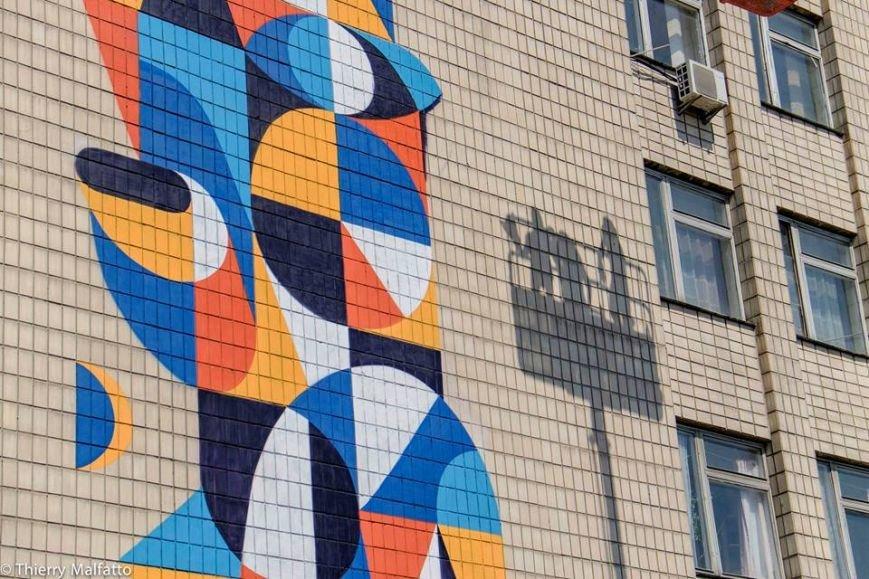 "На фасаде киевского дома французский муралист создал ""Ловкого человека"" (фото) - фото 1"