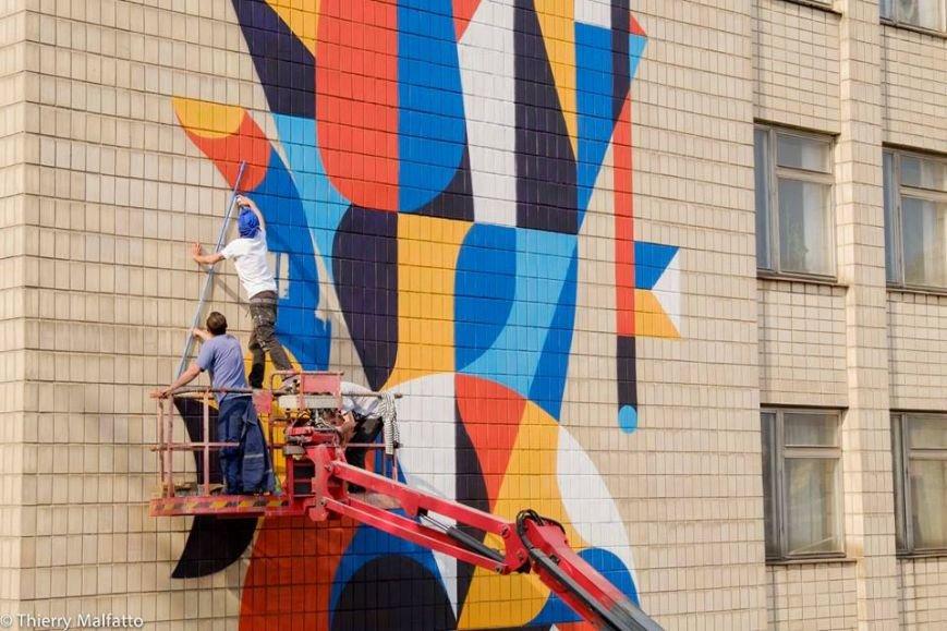 """На фасаде киевского дома французский муралист создал """"Ловкого человека"""" (фото) - фото 1"""