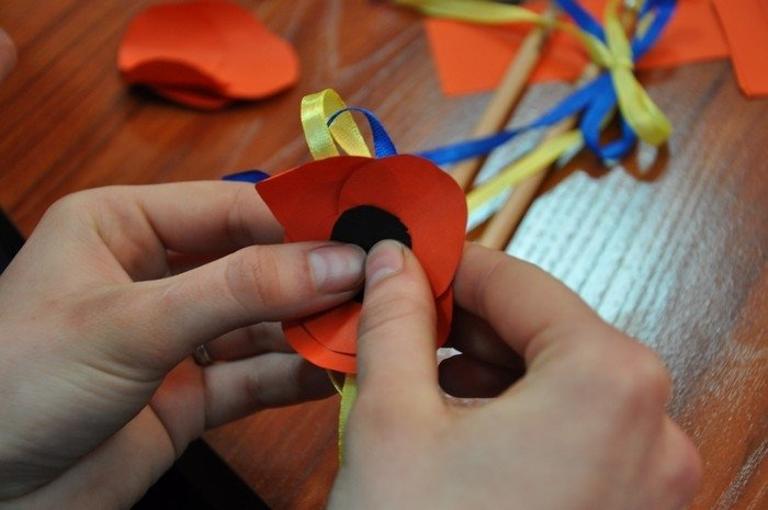 Житомирян вчили робити маки пам'яті своїми руками (фото) - фото 4