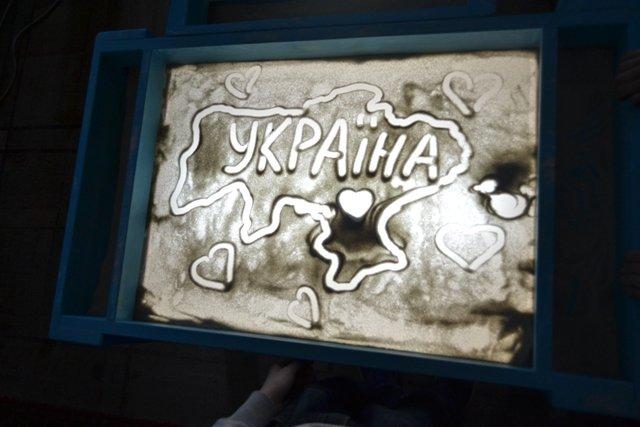Діти, батьки яких є учасниками АТО, намалювали з піску Україну (ФОТО) (фото) - фото 1