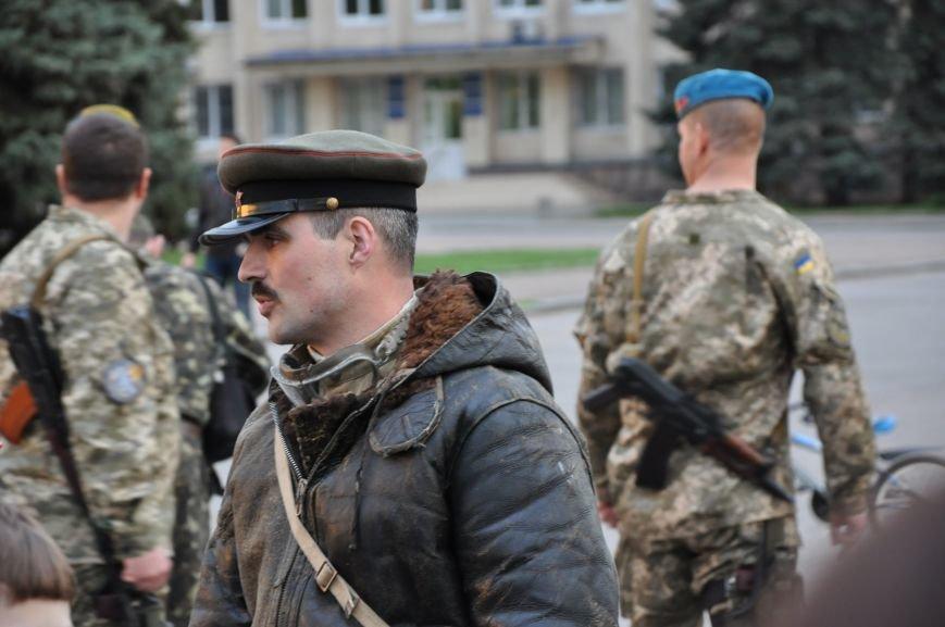 На главную площадь Краматорска заехала военная техника, фото-10