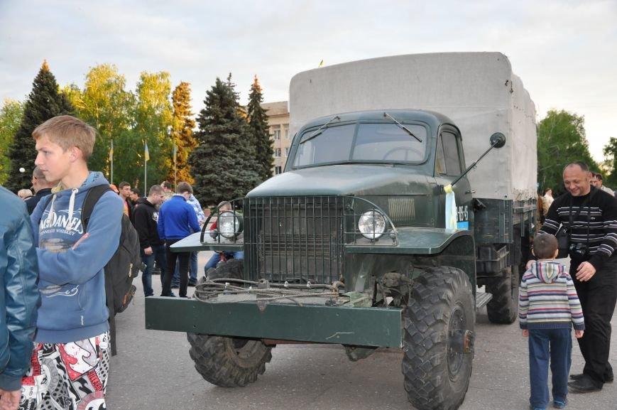 На главную площадь Краматорска заехала военная техника, фото-1