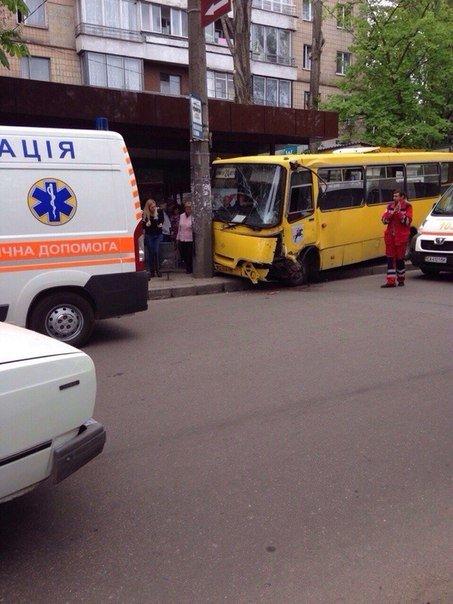 У Черкасах маршрутка мало не збила людей на зупинці (фото) (фото) - фото 1